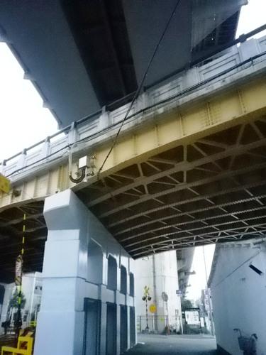 大阪・十三から北上した、国道176号線の高架と山陽新幹線の高架
